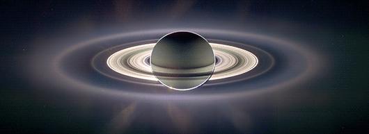 Saturno em contraluz e contraste exagerado (NASA)