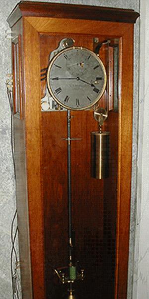 Pêndula L. Leroy de Tempo Médio do OAL. Enviava o sinal horário ao relógio falante dos CTT.