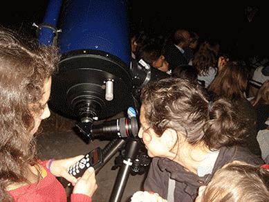 Observação astronómica ao telescópio.