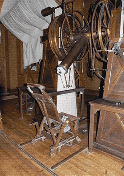 O círculo Meridiano (Repsold, 1863) e cadeira de observação.