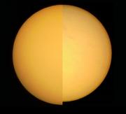 Imagens do periélio (esquerda) e afélio (direita) obtidas em 2008. É evidente nesta imagem a diferença de diâmetro angular entre as duas situações. A olho nu a variação é quase impercetível (cerca de 1/30 de diferença). Crédito: Enrique Luque Cervigón